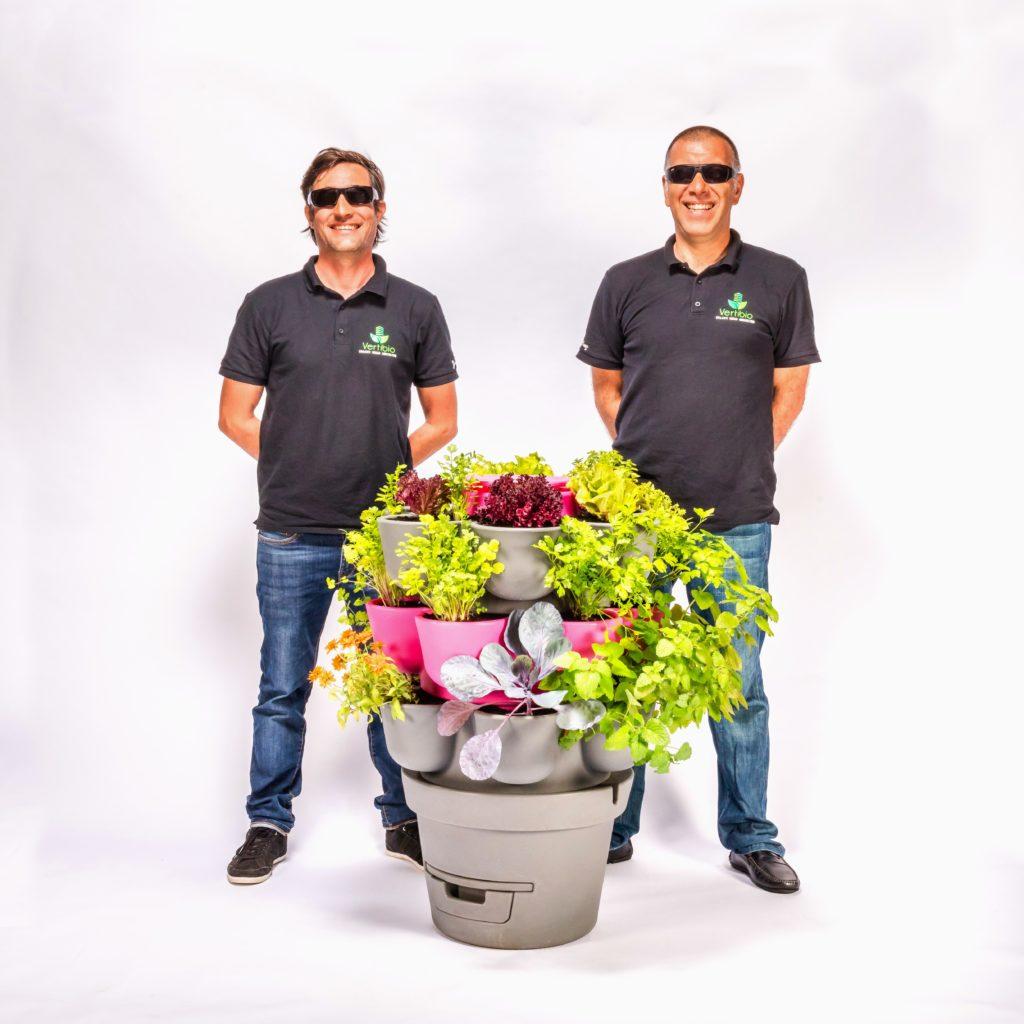 Jardin_composteur_permaculture_recyclage_fleur_decoration_men in black